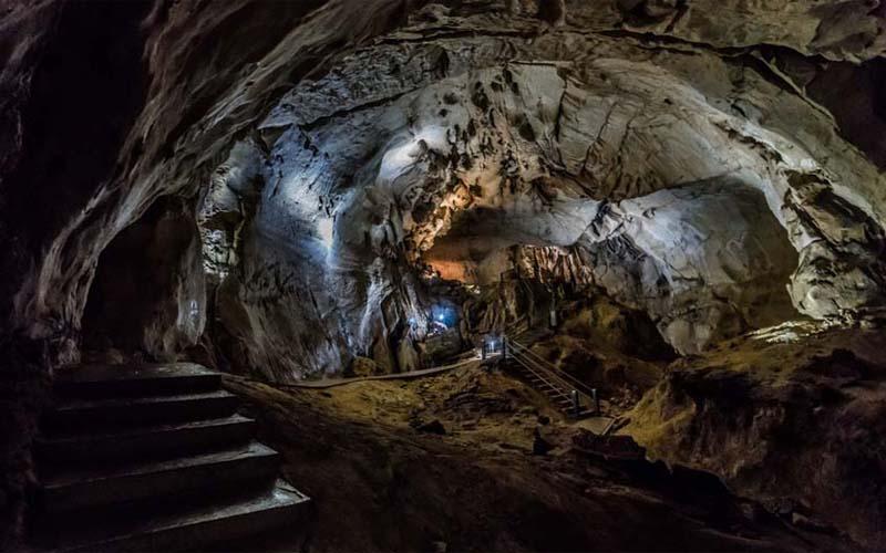 Eine Höhle auf Borneo