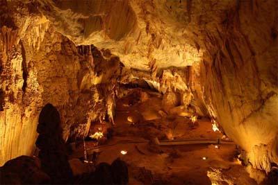 Langs Cave ist teilweise beleuchtet